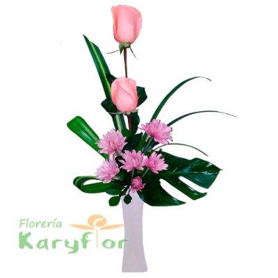 Arreglo floral en base de cerâmica, elaborado con rosas, variedad de flores y fino follaje. Incluye tarjeta de dedicatoria. Pueden adicionar Chocolates y más, ingresando a la opción REGALOS en la parte superior de la Pág. web.