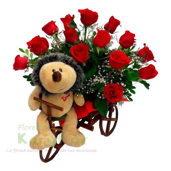 Arreglo floral con 12 rosas, variedad de flores y fino follaje, elaborado en triciclo de minbre. Incluye peluche en modelos variados. Pueden adicionar Chocolates y más, ingresando a la opción REGALOS en la parte superior de la Pág. web