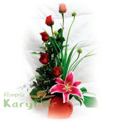 Arreglo floral elaborado con 5 rosas, lilium perfumado y fino follaje en base de cerámica en forma de corazón con decoración de corazóncitos. Pueden adicionar Chocolates y más, ingresando a la opción REGALOS en la parte superior de la Pág. web