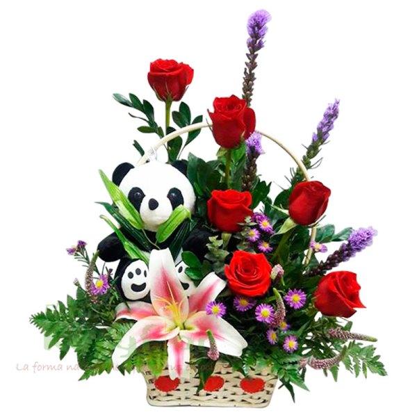 Arreglo floral elaborado en canasta de minbre; con 6 rosas, liliums, liates y follaje. Incluye peluche(sujeto a stock; varios modelos) tarjeta dedicatoria. Pueden adicionar Chocolates y más, ingresando a la opción REGALOS en la parte superior de la Pág. web