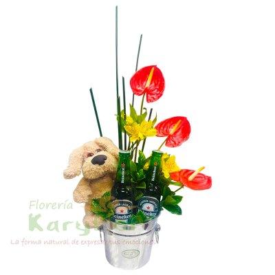 Arreglo floral elaborado en hielera de metal con 3 anturios, astromelias y fino follaje. Incluye peluche perrito, 2 Heineken y tarjeta de dedicatoria. Pueden agregar adicionales ingresando a opción REGALOS.