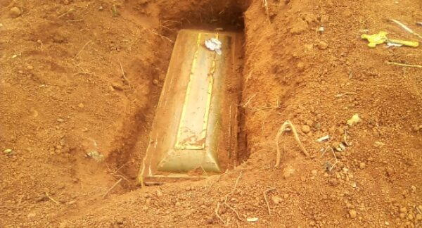 C/R: Policeman allegedly steals 10 bodies at Gomoa Fawomaye cemetery 3