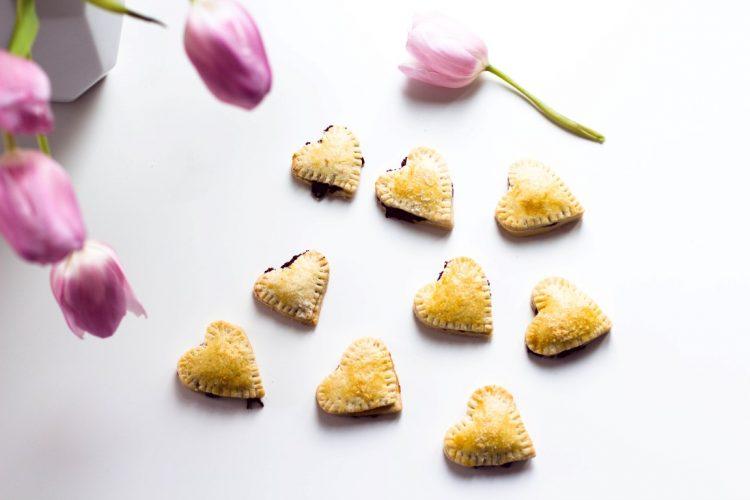 Kekse-Herzen-gefüllt-mit-Marmelade-Valentinstag-Rezept-31