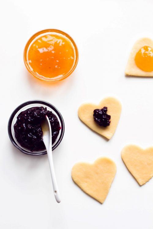 Kekse-Herzen-gefüllt-mit-Marmelade-Valentinstag-Rezept-8