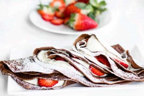Schokoladen Pfannkuchen mit Nutella-Quarkfüllung und Erdbeeren