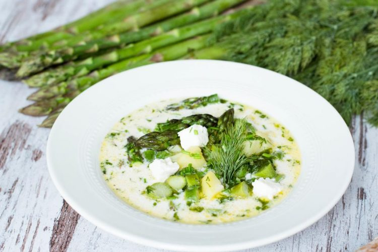 Suppe-mit-grünen-Spargel-Kartoffeln-Feta-und-Dill-Rezept-06