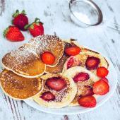 Mini Pancakes - Pfannkuchen mit Joghurt und Erdbeeren