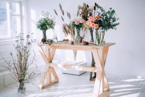 tafel met gedroogde bloemen