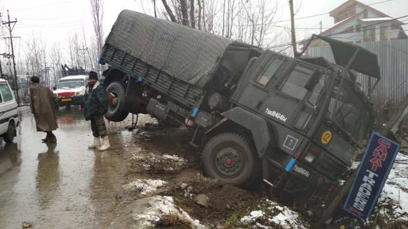 Two army soldiers injured in Pattan road accident