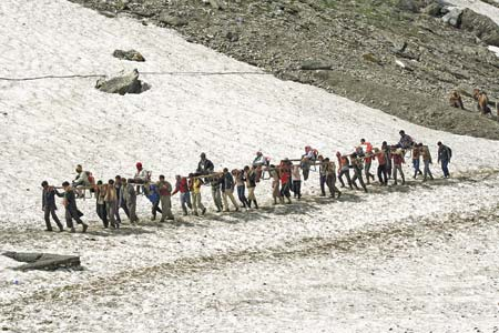 Yatris being carried by porters on way to Amarnath cave -- Photo: Bilal Bahadur