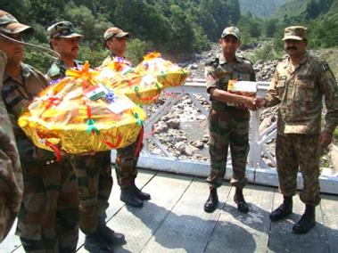 Pak-Indo-soldiers-exchange-gifts-on-independence-day