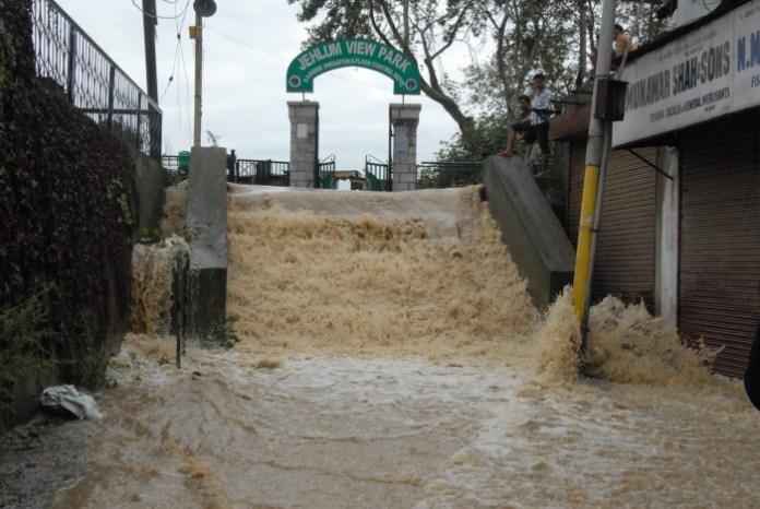 A view of Jhelum flowing over Bund. Pic: Bilal Bahadur.