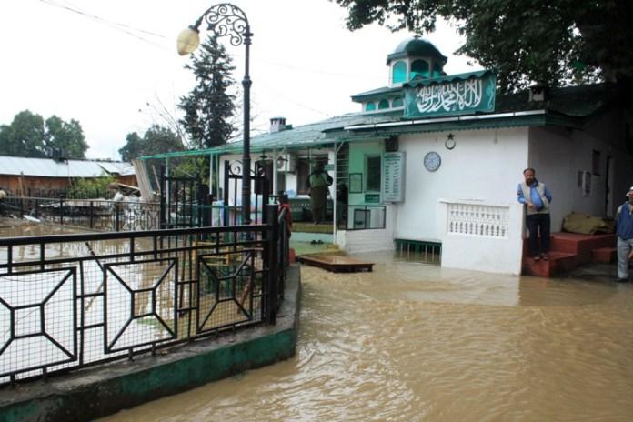 An inundated view of Masjid Bilal at the Bund Srinagar. Pic: Bilal Bahadur.