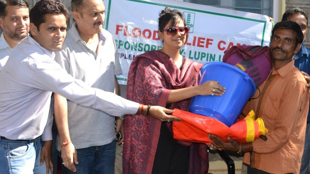 DC Udhampur Yasha Mudgal distributing relief to the flood victims during her extensive visit to the affected areas.