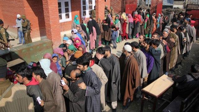Huge crowds in Noorabad waiting for their turn to vote