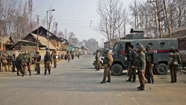 Cops manning deserted roads in Khudwani (Humshalibugh)