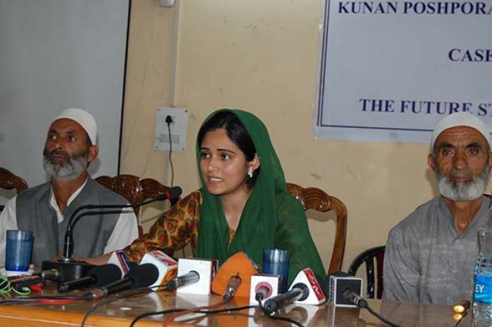 Ifrah Butt addressing media personnel along with the relatives of Kunan mass rape victims in Srinagar.