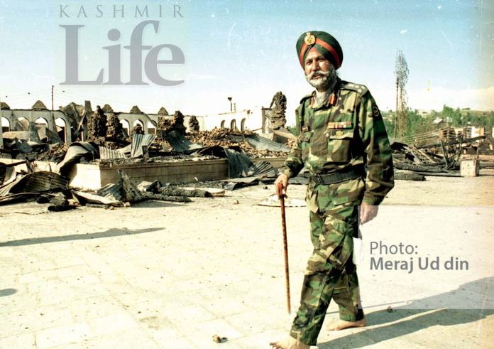 Charar-burnt-down-after-the-siege---Bare-foot-Senior-Army-Officer-inspecting-the-rubbles-after-the-operation-was-over