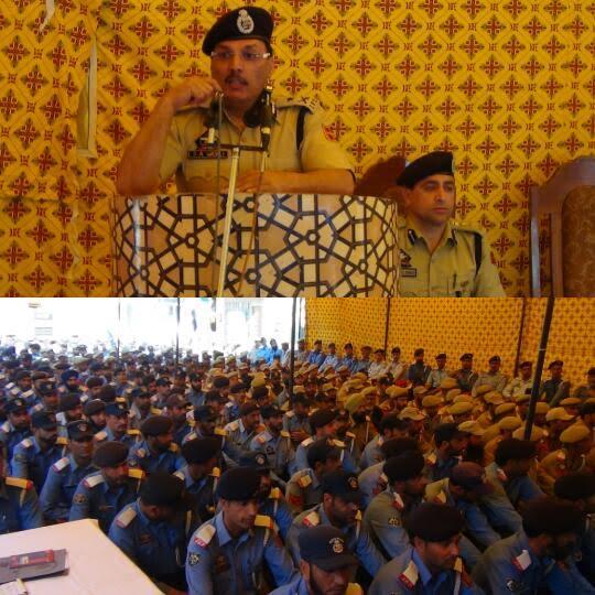 IG Traffic lecturing traffic cops in Srinagar on May 08, 2016.