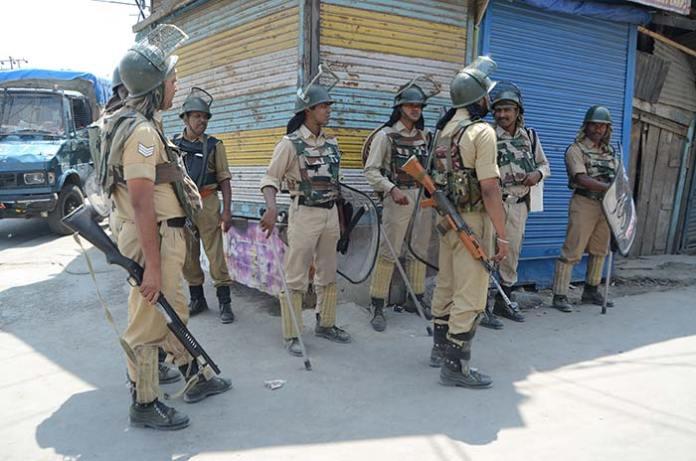 CRP-on-alert-during-curfew-in-Srinagar