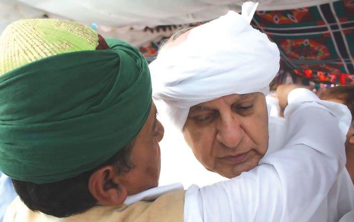Dr Farooq Abdullah being honoured at a Kashmir shrine