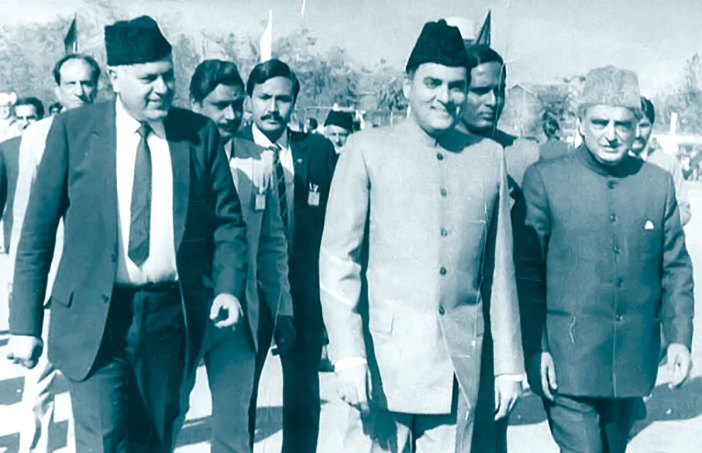 Rajiv Gandhi (centre) with Farooq Abdullah (left) and Mufti Mohammad Sayeed (right) in 1986.