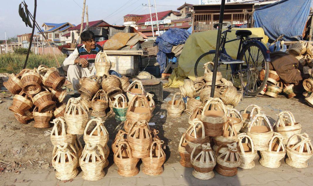 A man selling traditional kangris (fi repots)