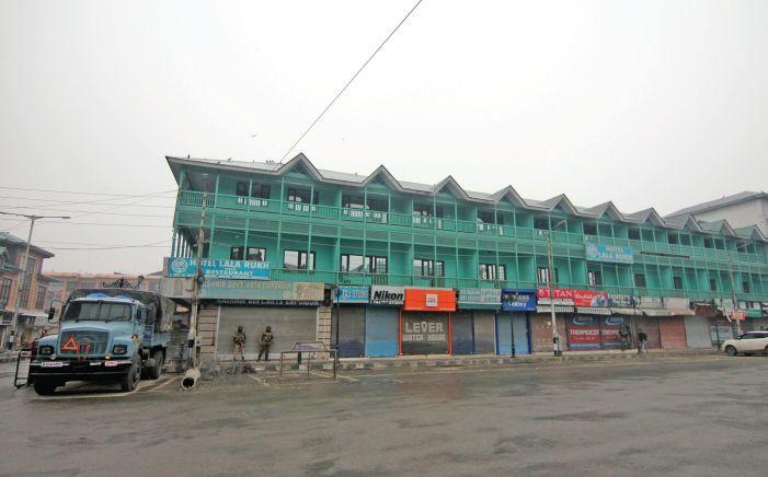 Shutdown continues: No Friday prayers allowed at Srinagar's Jamia Masjid