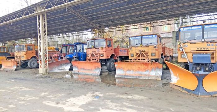 Central Kashmir's Mechanical dept lack manpower to clear snow