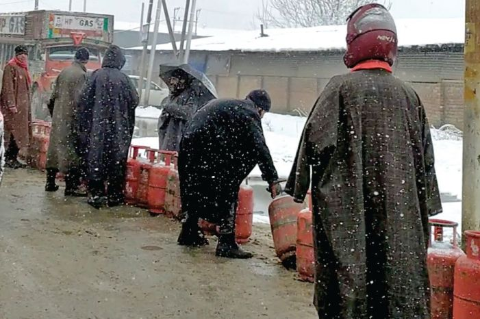 Snow, rains shut Srinagar-Jammu highway