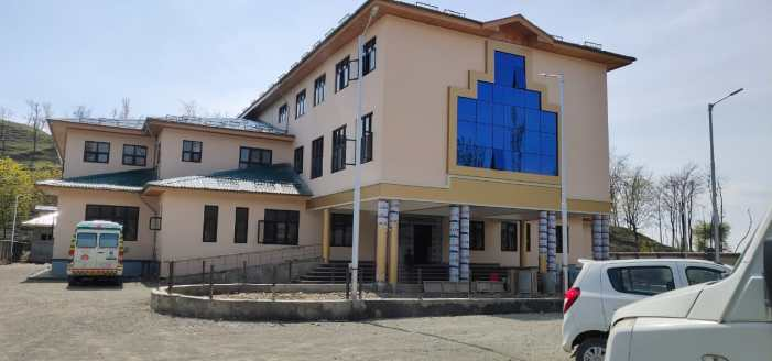 Doctors, paramedics in Anantnag work tirelessly to make Covid-19 hospital of an empty building