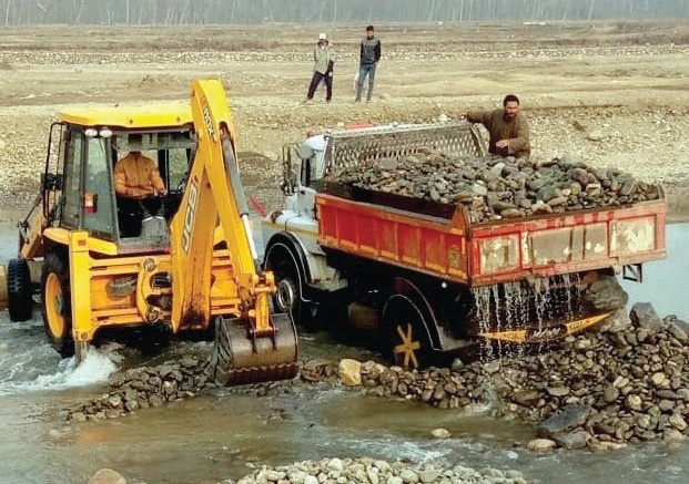 Illegal extraction of sand and boulders from Shopian's Rambiar Nallah continues amid Covid-19 lockdown