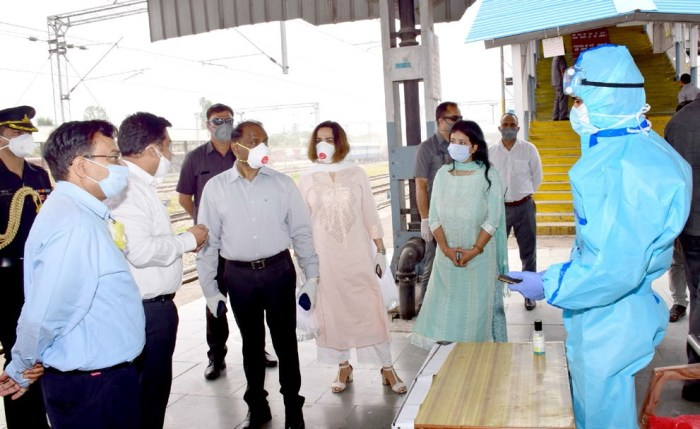 LG takes stock of facilities at quarantine centers at Udhampur Railway station