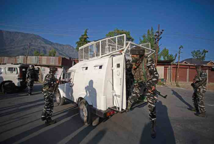 Rifle snatched from bank guard in Tral