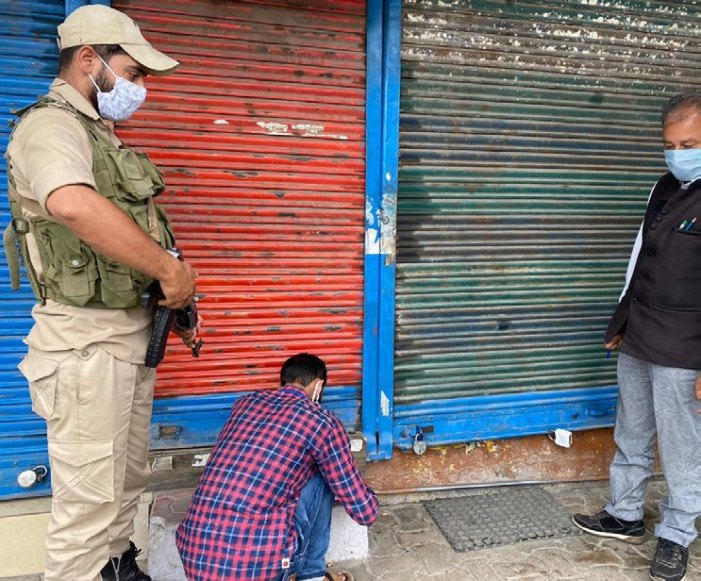 14 arrested in Srinagar for defying govt orders, vehicles seized