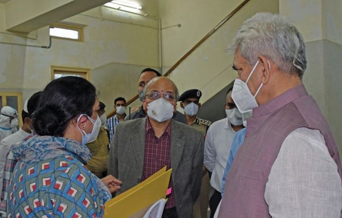 Sinha visits SMHS Hospital, takes stock of Covid facilities