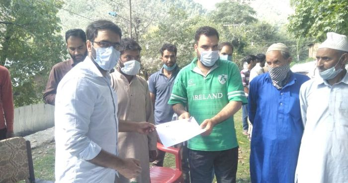 Tehsildar Pampore issues 271 domicile certificates during public darbar at Naagander