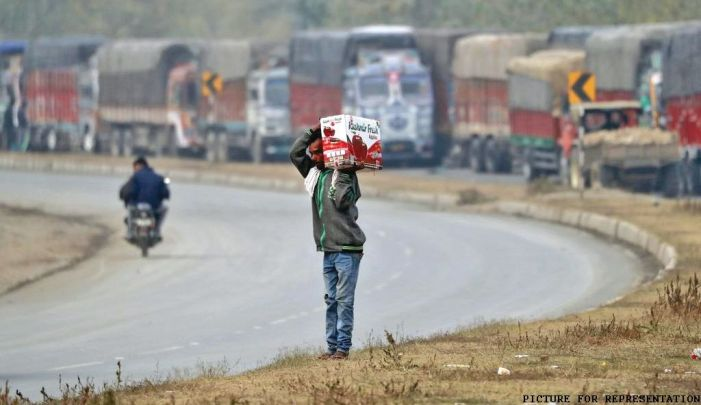 Kashmir's apples stifled on highway before they reach market