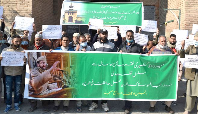 Protest outside Jamia Masjid, demanding release of Mirwaiz