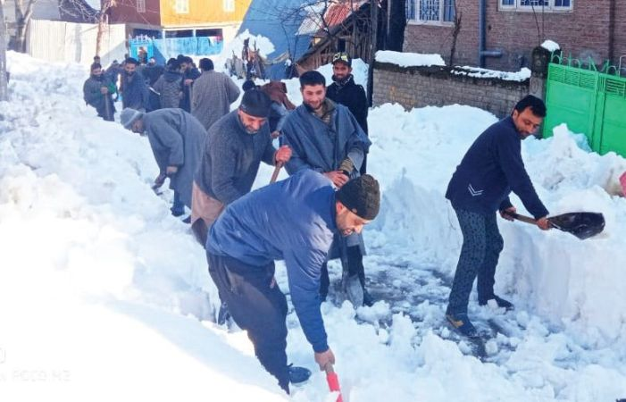 Shopian villagers continue to clear snow from roads