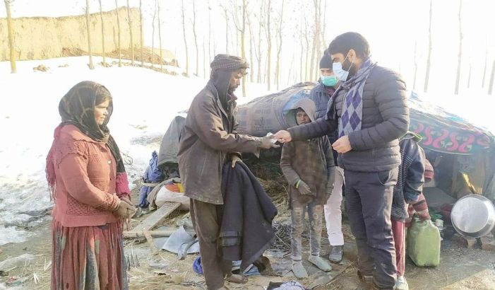 Tehsil administration Pampore provides blankets, other items to families living in tents