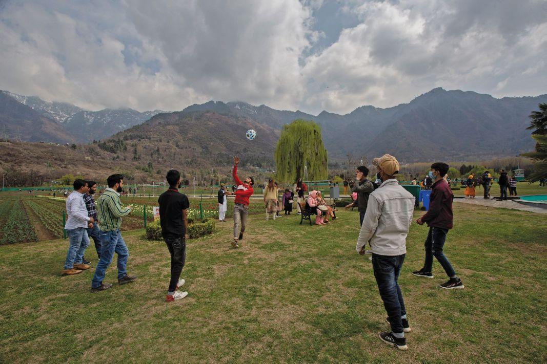 People enjoy outing at Tulip garden in Srinagar on Saturday