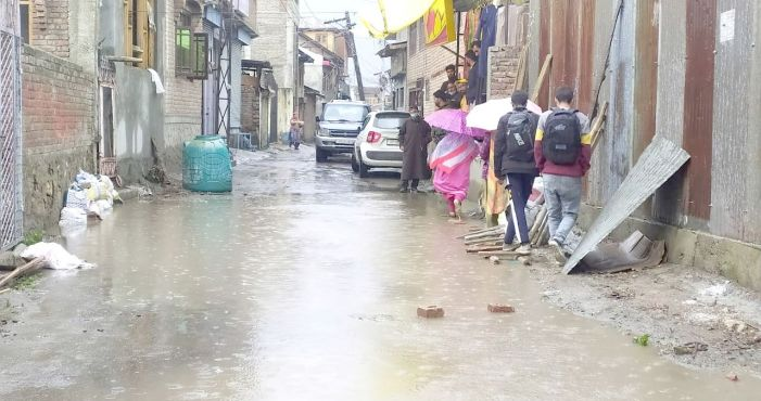 Rains cause water logging in Pampore, locals demand proper drainage system