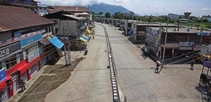 Mirwaiz, Lone's death anniversary sees tightened curfew in Kashmir