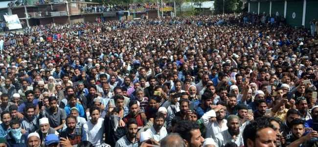 Baramulla: Massive throng at slain militants funeral, journalists stopped from covering Akhoon's funeral