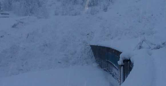 Massive snow avalanche hits Jawahar tunnel, traffic suspended