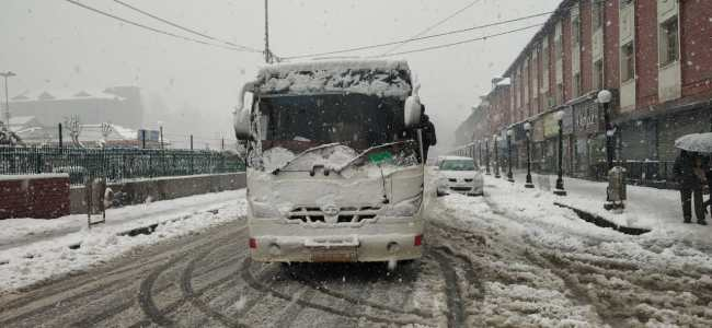 Heavy snowfall: Admin appeals general public to avoid using private cars