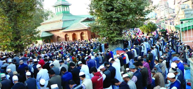 A huge gathering witnessed at the shrine of Khawaja Bahawuddin Naqashbandh Sahib on the eve of 'Khoja Diger' observed on the eve of 3rd Rabiul-Awal. People gathered here in large numbers despite the Covid-19 threat.——-Kashmir Vision pic