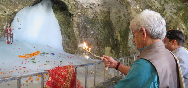 Lt Guv visits Amarnath cave, performs puja