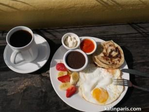 Typowe śniadanie. Jajka, tortilla i frijoles czyli czerwona fasola. Do tego kawa.